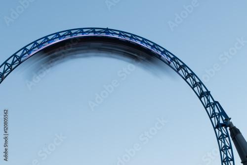 Fotografie, Obraz  Achterbahnzug mitten im Looping