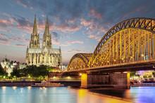Köln Dom Am Rhein Mit Brücke...
