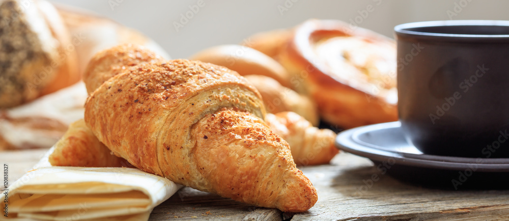 Fotografia A cup of coffee and a croissant