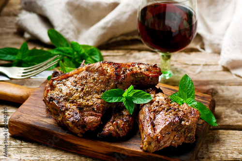 Foto Grilled lamb chops marinated with mint