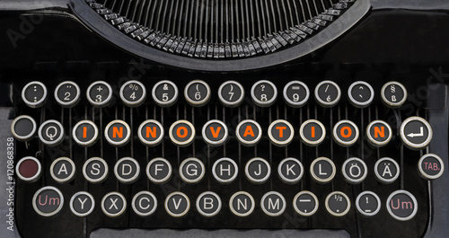 Anachronismus Wort Innovation und Return Taste auf  der Tastatur einer antiken S Canvas Print