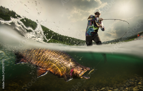 In de dag Vissen Fishing. Fisherman and trout, underwater view