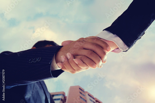 Photo Worm eye view shot of businessmen handshaking.acquisition concep