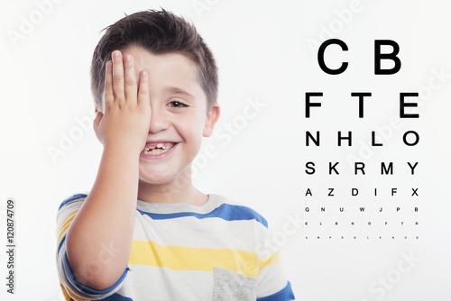 Foto  Kind im Augenarzt