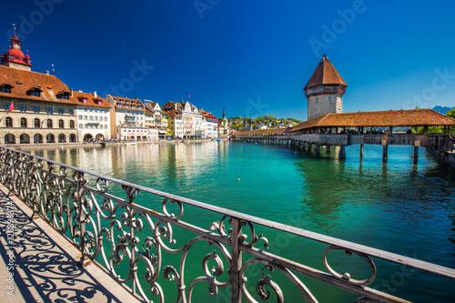 Historic city center of Lucerne with famous Chapel Bridge and lake Lucerne (Vier Tableau sur Toile