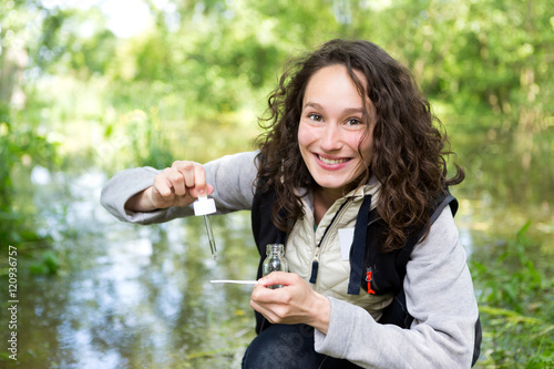 Photo  Young attractive biologist woman working on water analysis