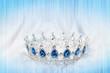 Wunderschöne Silberkrone mit blauen Steinen auf Hintergrund mit Streifen edel und hübsch Dekoration