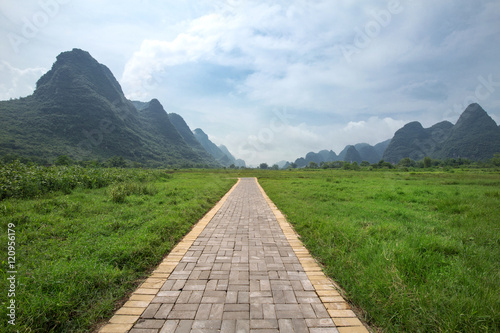 Deurstickers Heuvel Pathway in yangshuo