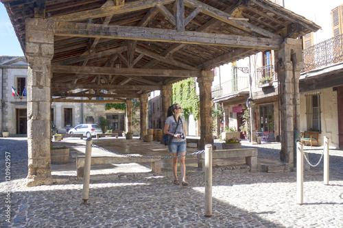 Papiers peints Les vieux bâtiments abandonnés Photographer walking under a porch in Lagrasse, France