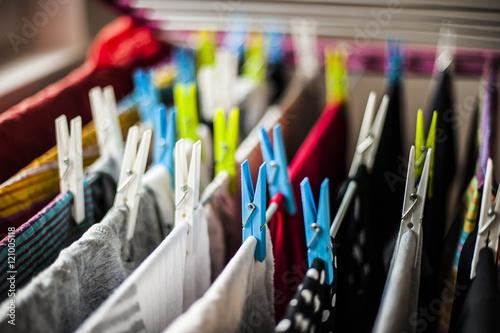 Photo abiti e vestiti appesi ad asciugare con le mollette colorate