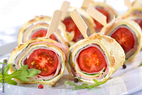 Recess Fitting Appetizer Leckere Crepes-Röllchen mit Schinken, Käse, Rucola und Tomate - Delicious finger food: Rolls of thin pancakes (crepes) with ham, cream cheese, rocket salad and cherry tomatoes