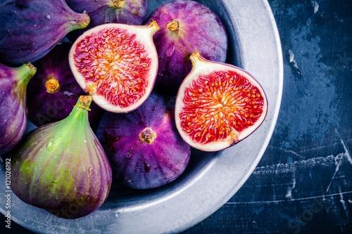 Carta da parati Fresh ripe figs in a bowl closeup