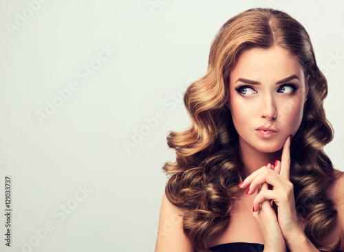 marszczac-brwi-kobieta-odwraca-wzrok-z-niedowierzaniem