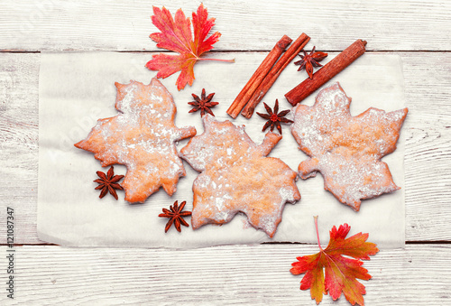 trzy-ciasteczka-w-ksztalcie-liscia-klonu-w-stylu-kanadyjskim