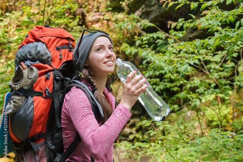 Fotografia  young woman tourist drinking water