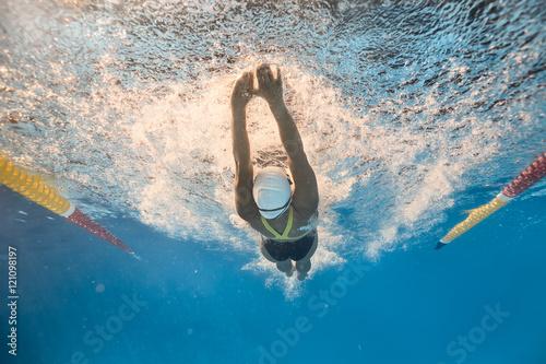 Plakat Pływak w stylu podwodnego plecania