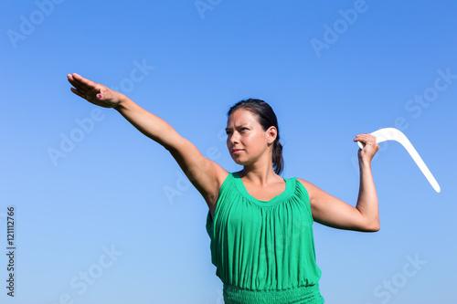 Photo Dutch woman throwing boomerang in blue sky