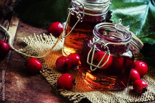 Fotografia Alcohol tincture of hawthorn berries, vintage toned photo, selec
