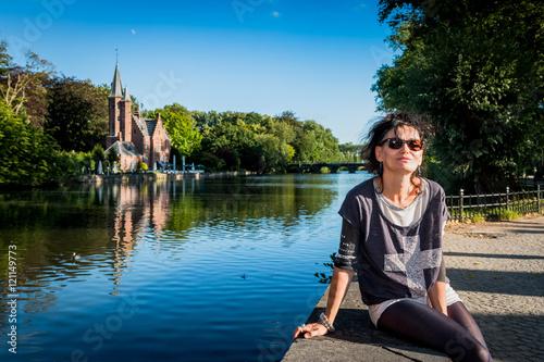 In de dag Brugge Femme devant le lac des amoureux à Bruges