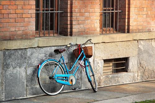 Cadres-photo bureau Velo Bright blue bicycle on old street, Italy.