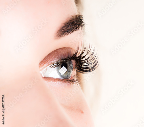 Fotografía  Beautiful young girl eyelash extension