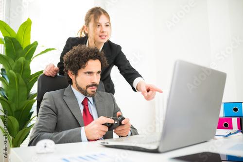 Cuadros en Lienzo Employee playing games at work