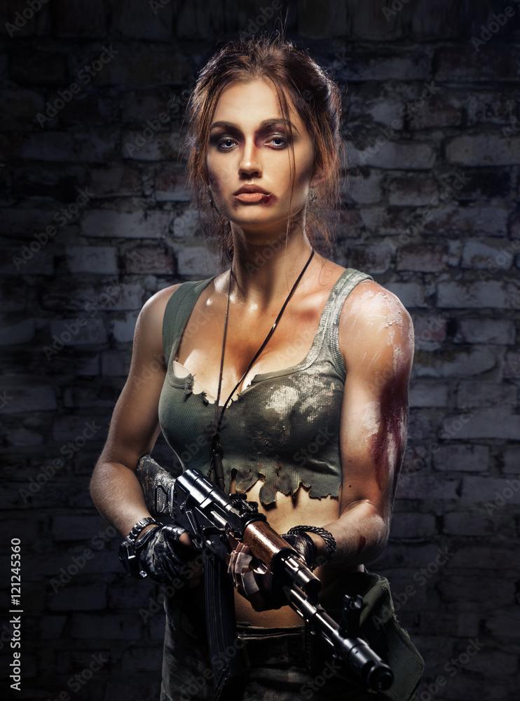 Fotografia Beautiful girl with a gun in his hand su EuroPosters.it