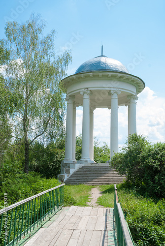 Photo Old pavilion in the summer park