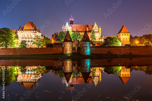 Obraz Malbork Castle from across the Nogat river at night. Poland. Europe. - fototapety do salonu