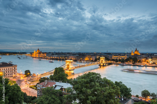 Keuken foto achterwand Noord Europa Budapest at the dusk, with the Chain Bridge and the Parliament. Hungary