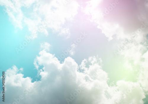 pastelowe-niebo-z-chmura