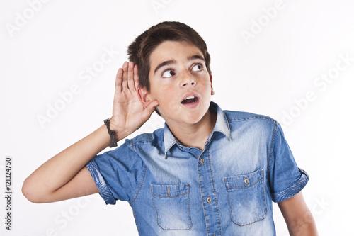 Foto  Kind hört aufmerksam zu und fragt sich
