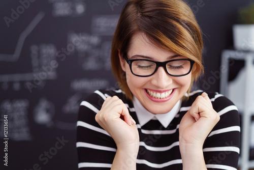 Obraz lachende frau freut sich wie verrückt über gute nachrichten - fototapety do salonu