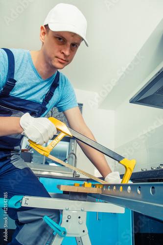 Valokuva Handyman with a hacksaw