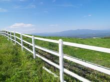 牧場の白い柵