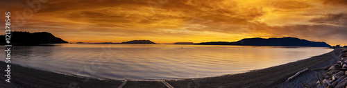 Ingelijste posters Eiland San Juan Islands Sunset. A beautiful winter sunset from Legoe Bay on Lummi Island looking west towards Orcas Island in the San Juan archipelago in western Washington state.
