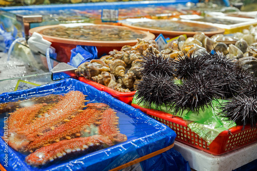 Photo  Sea cucumbers, sea urchins and other seafood being sold at the Noryangjin Fisheries Wholesale Market (or Noryangjin Fish Market) in Seoul, South Korea