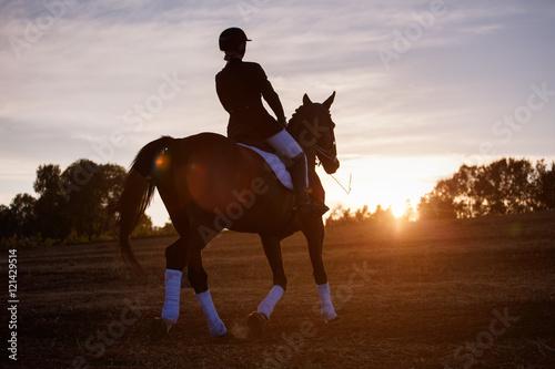 Fotografía  Silhouette of a woman riding horse