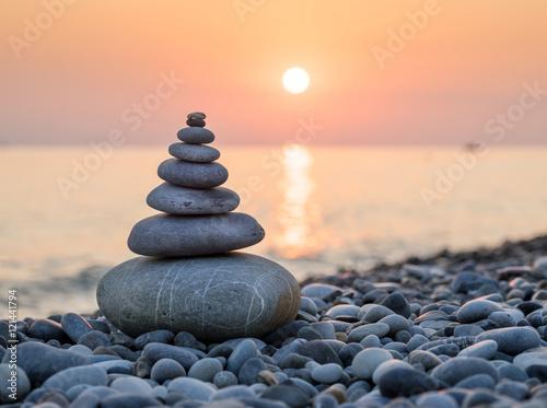 Plakat Piramida z kamieni na wybrzeżu Morza