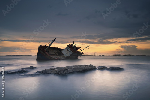 Tuinposter Schipbreuk Shipwreck in Angsila Chonburi with sunset