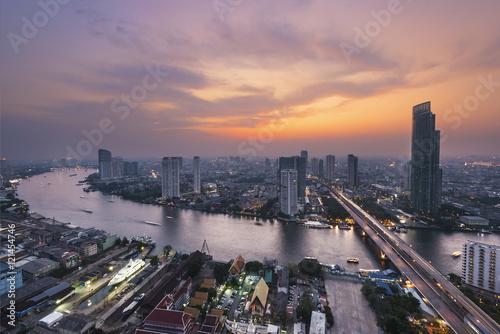 Photo  Skyscraper on night scene cityscape at Chaopraya river in Bangko