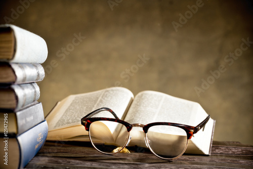 Fotografía  eyeglasses with books