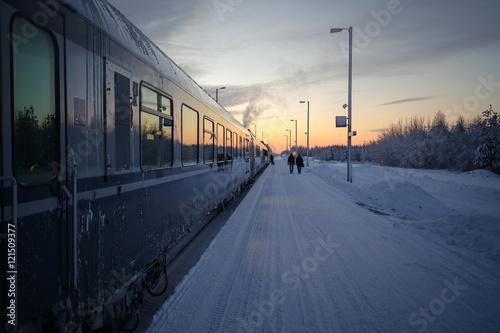 Foto auf AluDibond Bahnhof Bahnhof im norden Finnlands, gelegen im Arktischen Schnee