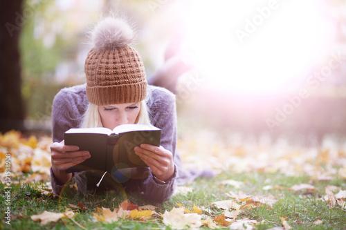 Fotografía  blonde Frau hat Spaß im Herbst