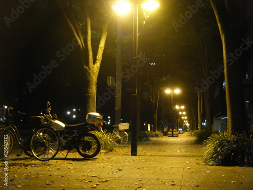 Keuken foto achterwand Fiets 街灯の灯る歩道とバイク