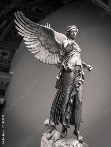 Zdjęcie XXL Romańska klasyczna statua zwycięstwo kobieta z skrzydłami