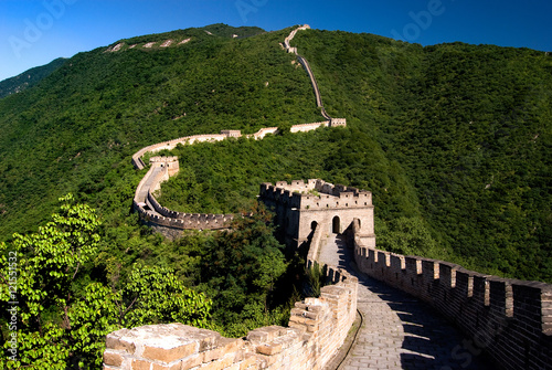 Fotobehang Chinese Muur The Great Wall of China on the green mountain slopes, China