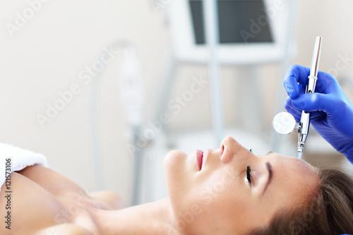 Fotografía  Woman having facial treatment in beauty salon
