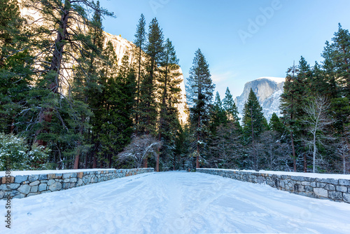 Photo  Snowy winter scene on a road with Half Dome in the background in Yosemite Nation