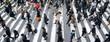 Menschen überqueren eine Straße